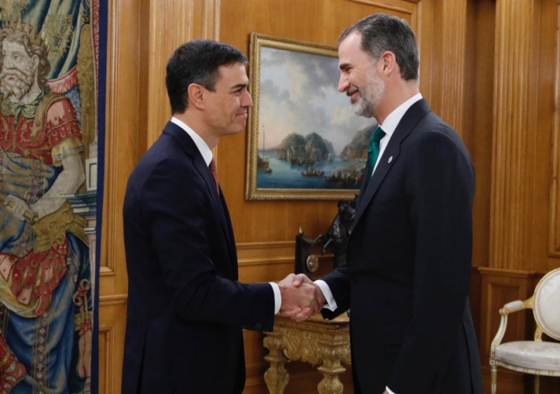 <span style='color:#780948'>ARCHIVED</span> - New Spanish PM takes office amid uncertainty over public investment in infrastructures